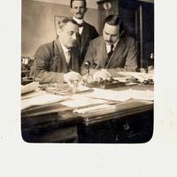 Büro,-3-Männer-am-Schreibtisch