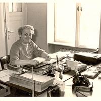 Büro,-Frau-am-Schreibtisch