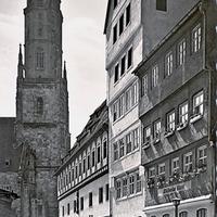 Nördlingen,-Einkaufsstraße-mit-Blick-auf-den-Daniel