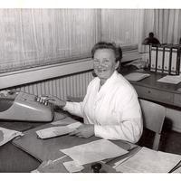 Firma-Wertheim,-Frau-an-Rechenmaschine