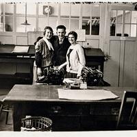 Reutin,-Maria-Eder-und-Elisabeth-Eder-und-ein-Mann-im-Büro