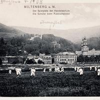 Miltenberg a. M., Spielplatz der Handelsschule, Schüler beim Fußballspielen