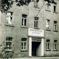 Bischofswerda Betriebsberufsschule-HO-Bischofswerda-mit-Spruch-über-Tür -Pulsnitz